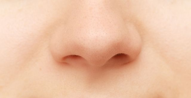 Jak poradzić sobie z wysuszoną i podrażnioną skórą wokół nosa?