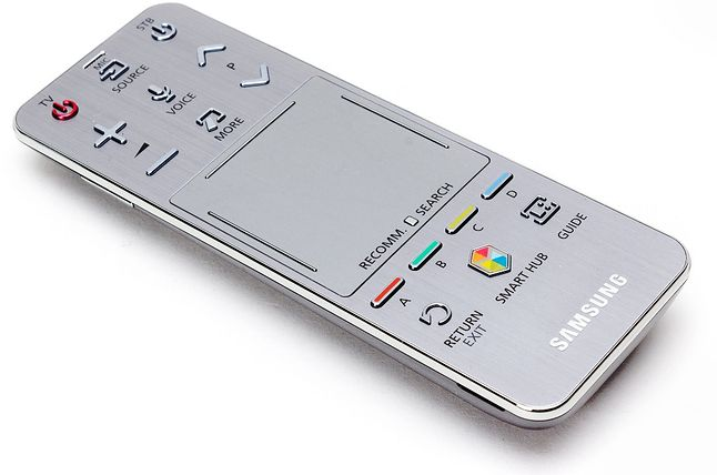 Klasyczny pilot Samsung SmartTV z widocznym przyciskiem Voice do sterowania głosowego