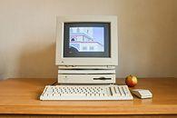 Zanim nadeszło Apple TV, było... - Popularny Macintosh LC475 miał stać się podstawą urządzenia Apple do odbioru telewizji interaktywnej.