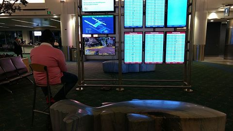 Znudzony gracz podłączył PlayStation 4 do lotniskowego monitora