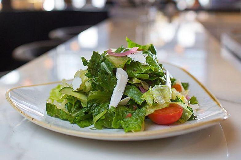 Sałatka z pomidorów i ogórka idealnie sprawdzi się na grilla. Sprawdź, jak ją wykonać