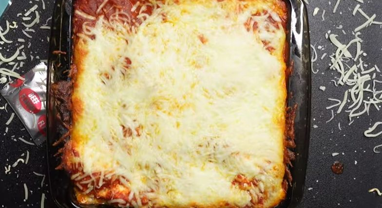 Ramen lasagna. Zaskakujący przepis, który podbija internet. Palce lizać
