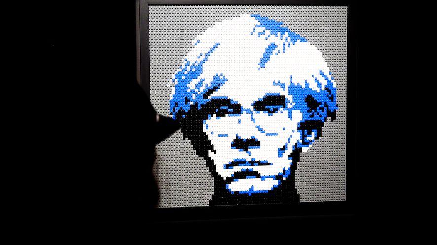 Andy Warhol w stylu 8-bit, stworzony z klocków LEGO, fot. Thierry Chesnot/Getty Images