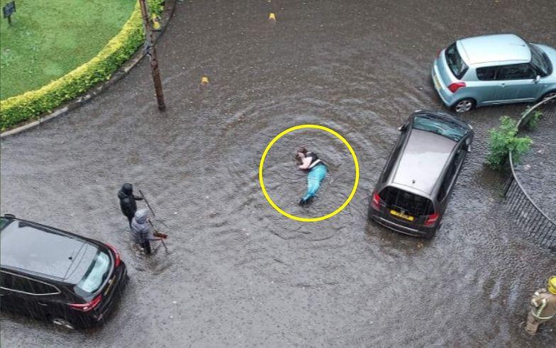 Zmagają się z powodziami. Zdjęcie z Glasgow jest hitem sieci
