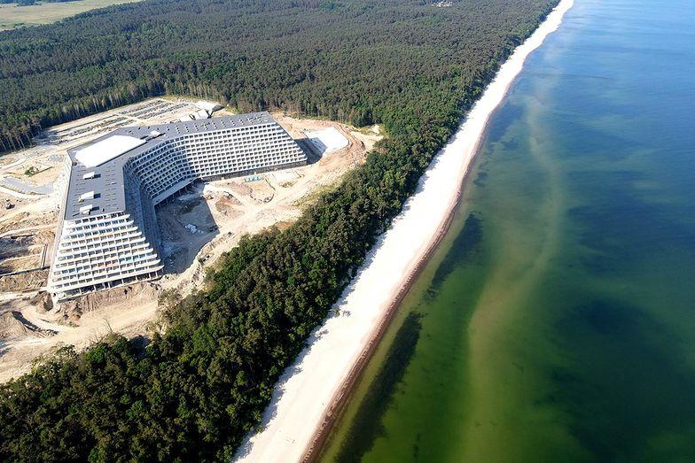 Tuż przy linii brzegowej powstaje gigantyczny hotel. W Internecie wrze