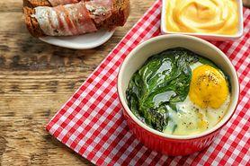 Jajka ze szpinakiem. Pożywne i zdrowe śniadanie