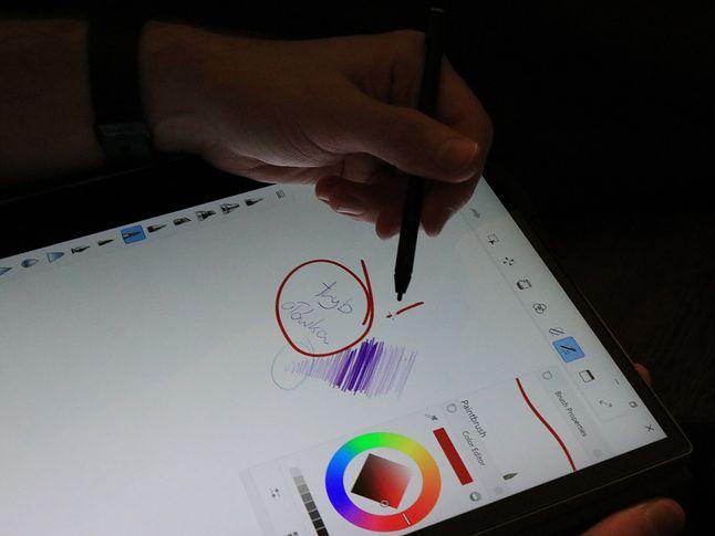 Adaptacyjna jasność ekranu dostosowuje podświetlenie, więc głęboka ciemność Yodze niestraszna. Gorzej z gestami Windows 10.