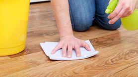 Co zrobić, by panele błyszczały jak nowe po myciu? Prosty trik (WIDEO)