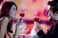 Gadżety IT dla Niej — na Dzień Kobiet i nie tylko. Lista subiektywna - Wino plus dobry podkład muzyczny są dobrym pomysłem na romantyczną kolację we dwoje.