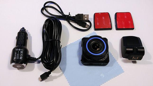 Zawartość opakowania: rejestrator, uchwyt, dwie płytki z taśmą 3M, ładowarka, przewód USB, ściereczka i instrukcja.
