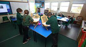 Dzieci uczą się w klasach na stojąco. Nowy sposób na walkę z otyłością