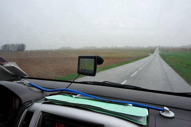 """""""Klasyczna"""" nawigacja GPS na przedniej szybie – kiedyś bardzo popularny widok. Źródło: Getty Images."""