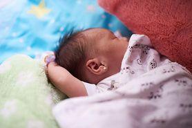 Przekłuwanie uszu niemowlętom. Czy rzeczywiście wpływa na ich zdrowie?