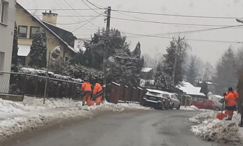 """Burza w Katowicach. Zobacz, komu służby odśnieżają chodnik. """"To już tradycja"""""""