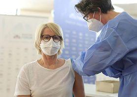 Szczepienia przeciwko COVID-19. Dlaczego po zastrzyku boli ramię?