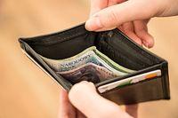 68 proc. badanych wskazuje, że nawet kilka razy w roku nie ma środków przed wypłatą.
