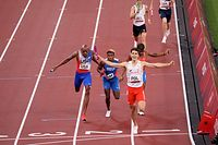 Tokio, Japonia, 31.07.2021. Igrzyska Olimpijskie - Tokio 2020, 31 bm. Polak Kajetan Duszyński (przód) cieszy się ze zwycięstwa na mecie biegu finałowego 4x400 m sztafet mieszanych. (gj) PAP/Leszek Szymański   EDITORIAL USE ONLY