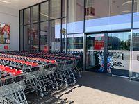 Zakaz handlu w niedzielę; handel; sklep; wózki; Kaufland; zamknięty sklep; niedziela niehandlowa