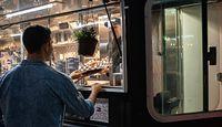 """Food trucki z nadzieją wchodzą w nowy sezon. """"Ludzie przychodzą masowo"""""""