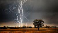 """Gdzie jest burza? Ostrzeżenie IMGW przed burzami i gradem dla trzech województw. Co to """"Alert RCB""""?"""