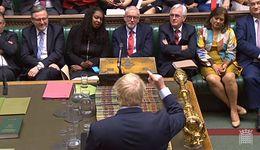 Boris Johnson chwali się nową treścią umowy. W Londynie czeka go problem