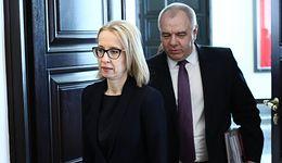 """Dymisja minister finansów. Jacek Sasin zaprzecza: """"Jest na zwolnieniu"""""""
