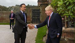 """Brexit. Premierzy Irlandii i W. Brytanii widzą """"drogę"""" do umowy ws. brexitu. Funt umacnia się"""