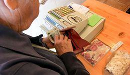 Koronawirus. Seniorzy nie chcą płacić kartą. Wystawiają siebie i innych na ryzyko