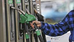 Ropa tanieje, ale kierowcy wciąż słono płacą przy dystrybutorach. Najwięcej właściciele diesla
