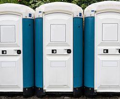 Złoty interes w Mrągowie. Starostwo każe płacić dzieciom za toaletę. Nie ma zmiłuj