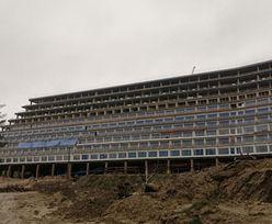 Koronawirus. Budowa hotelu Gołębiewski w Pobierowie stanęła. Zamek ze Stobnicy ma więcej szczęścia