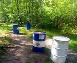 Beczki z chemikaliami porzucone w lesie. Służby szukają sprawcy