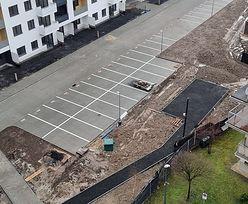 Patodeweloperka w Krakowie. Podwójne miejsca parkingowe