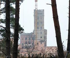 """Zamek w Stobnicy. Awantury nie szkodzą budowie, mieszkańcy """"nie mogą się doczekać"""" jej końca"""