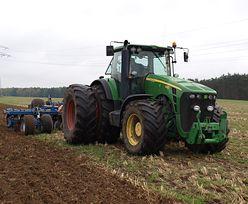 Rolnik nie sprzedał pola deweloperom, teraz przy osiedlu szykuje się na żniwa