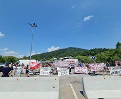 Mieszkańcy protestowali dzień i noc, dźwig usunął betonowe zapory. Nowe zasady wjazdu na Słowację