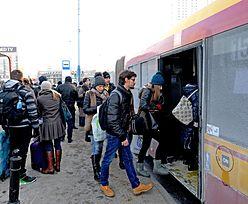 Polacy chętnie korzystają z telefonów w komunikacji miejskiej. Głównie sięgają po politykę i plotki