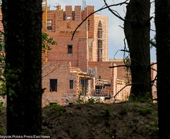 Zamek w Stobnicy powstaje i jest prawie gotowy. Skandale mu nie zaszkodziły