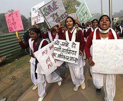 Tłum w Delhi oddaje cześć ofierze gwałtu