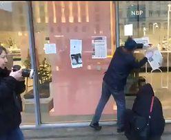 Obywatele RP okleili gazetami siedzibę NBP. Domagali się ustąpienia prezesa Glapińskiego