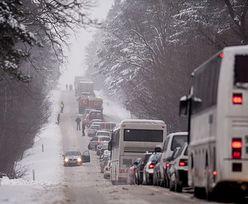 Warunki na drogach zmienne i bardzo trudne. Ostrzeżenie dla kierowców