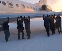 Pasażerowie pchali samolot. Bo zamarzł