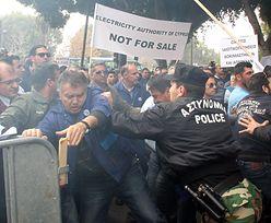 Protesty pod cypryjskim parlamentem
