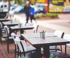 """""""Zatrudnię kelnera"""". Restaracje szukają ludzi. Ile płacą?"""