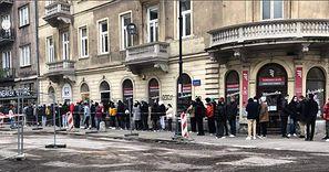 """Stoją w kolejce, by zapisać się """"na buty"""". Ten widok w Warszawie budził zaciekawienie przechodniów"""
