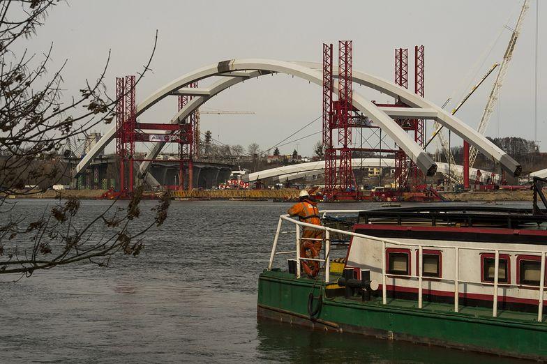 Wielki łuk przęsła mostu ustawiono na podporach