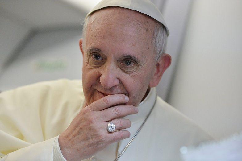 """Papież Franciszek: Dotąd nie widziałem w Watykanie nikogo z plakietką """"gej"""""""