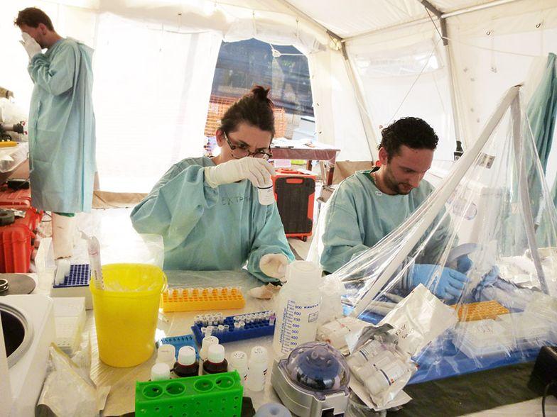 Epidemia eboli. Chora Brytyjka w stanie krytycznym