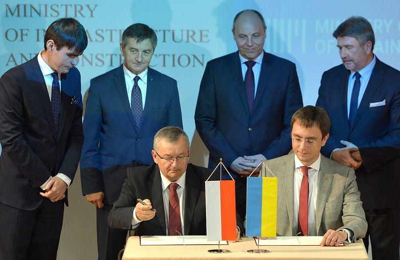 Minister Adamczyk i minister infrastruktury Ukrainy Wołodymyr Omeljan podczas podpisania memorandum o współpracy w ramach projektu Via Carpatia