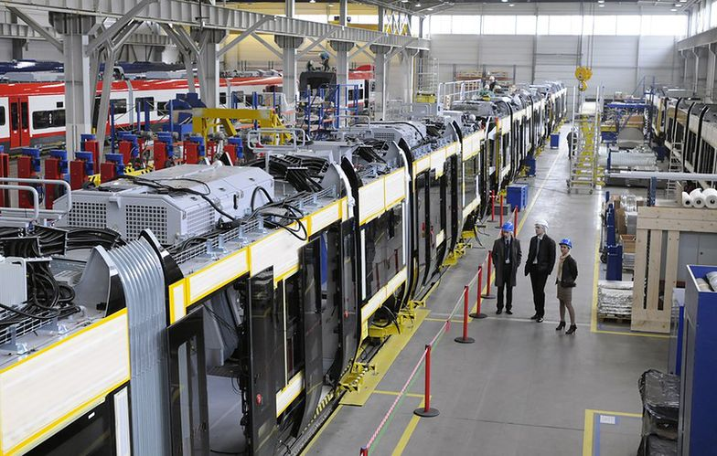 Wnętrze fabryki bydgoskiej Pesy. <br>Tutaj montowane są pociągi i tramwaje